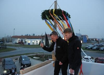 Holger Schmidt und Sebastian Weimert vor dem Richtkranz | Foto: Autohaus Schmidt