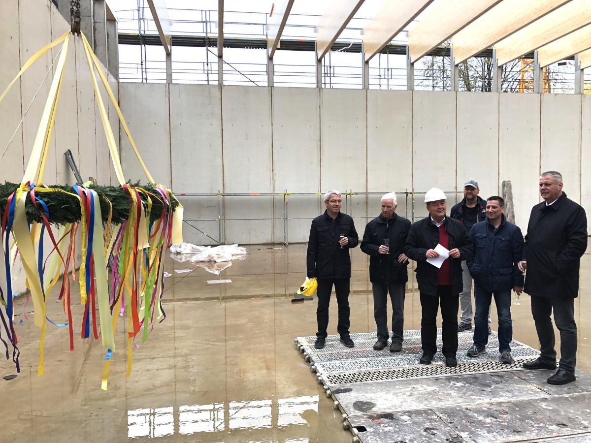 Zweifeldsporthalle Döbeln - Oberbürgermeister Egerer vor Vertretern der Stadtverwaltung und des Stad