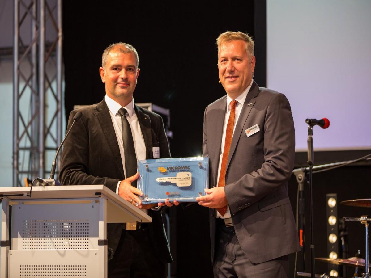 Schlüsselübergabe Architekt Maik Schroeder an Vorstand Tino Petsch_3D-Micromac AG_BPS architektur